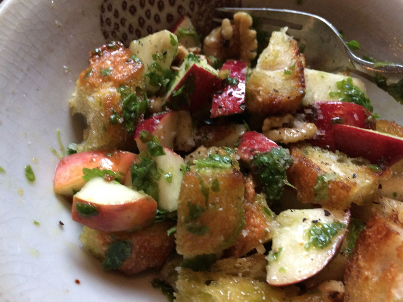 Bread salad with apples